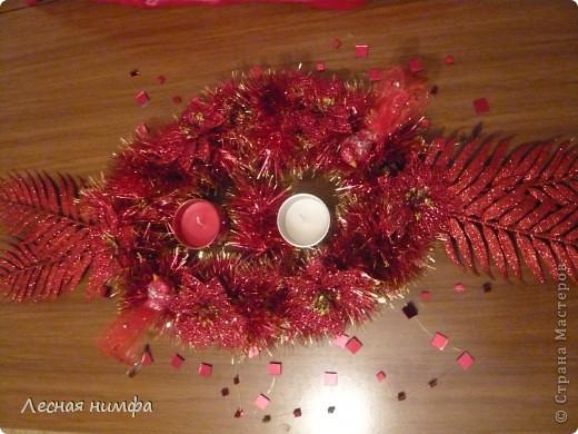 Как вы считаете, это новогоднее украшение для праздничного стола лучше смотрится в исполнении с красной и золотой мишурой, или просто с красной??? фото 5