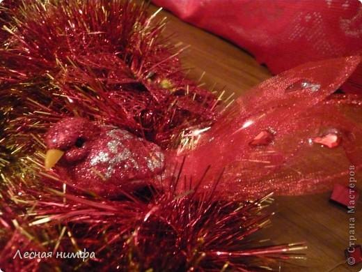 Как вы считаете, это новогоднее украшение для праздничного стола лучше смотрится в исполнении с красной и золотой мишурой, или просто с красной??? фото 8