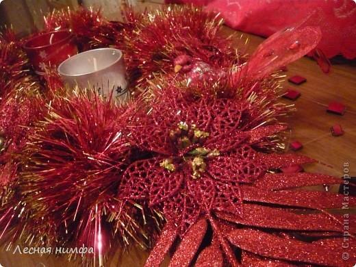 Как вы считаете, это новогоднее украшение для праздничного стола лучше смотрится в исполнении с красной и золотой мишурой, или просто с красной??? фото 6