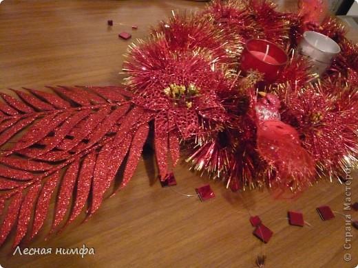Как вы считаете, это новогоднее украшение для праздничного стола лучше смотрится в исполнении с красной и золотой мишурой, или просто с красной??? фото 7
