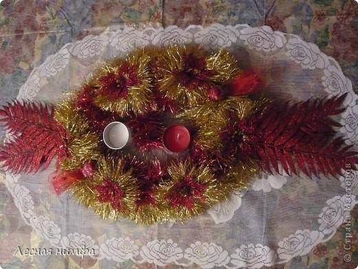 Как вы считаете, это новогоднее украшение для праздничного стола лучше смотрится в исполнении с красной и золотой мишурой, или просто с красной??? фото 1