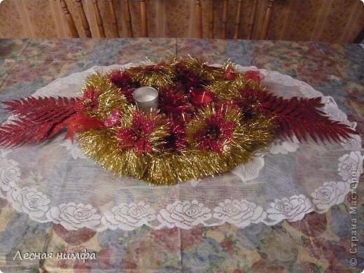 Как вы считаете, это новогоднее украшение для праздничного стола лучше смотрится в исполнении с красной и золотой мишурой, или просто с красной??? фото 3