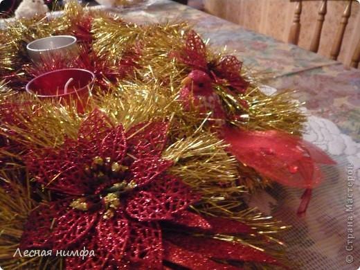 Как вы считаете, это новогоднее украшение для праздничного стола лучше смотрится в исполнении с красной и золотой мишурой, или просто с красной??? фото 4
