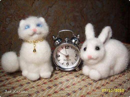 Огромное спасибо Оксане ( Моm ) за МК. Продолжаю решать проблему с новогодними подарками. Вот и эти 2 подружки Снежинка и Беляночка с нетерпением смотрят на часы, когда же наступит 2011 год - год Кролика и Кота. фото 1
