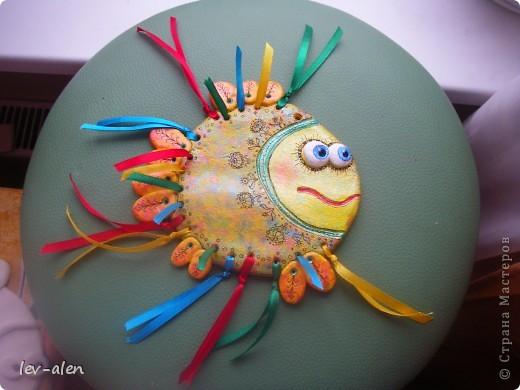 Еще одна рыбка с позитивным настроем. Мне кажется,что разноцветные ленточки очень украшают.  фото 5
