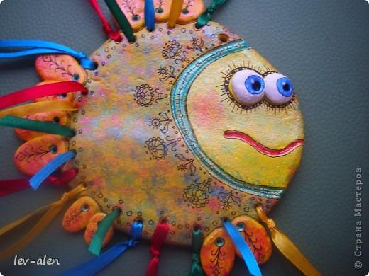 Еще одна рыбка с позитивным настроем. Мне кажется,что разноцветные ленточки очень украшают.  фото 2