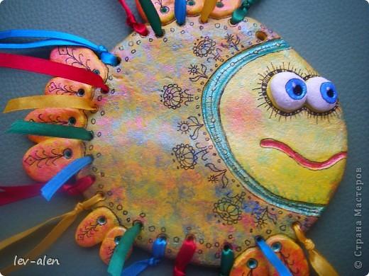 Еще одна рыбка с позитивным настроем. Мне кажется,что разноцветные ленточки очень украшают.  фото 4