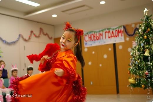 26 декабря мы провели новогоднюю Елку для детей в Токио! Эля играла Лису Патрикеевну. Я в золотистом платье играла ведущую. фото 1