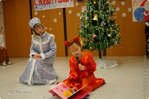 26 декабря мы провели новогоднюю Елку для детей в Токио! Эля играла Лису Патрикеевну. Я в золотистом платье играла ведущую. фото 2
