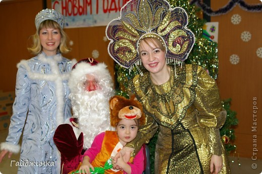 26 декабря мы провели новогоднюю Елку для детей в Токио! Эля играла Лису Патрикеевну. Я в золотистом платье играла ведущую. фото 4
