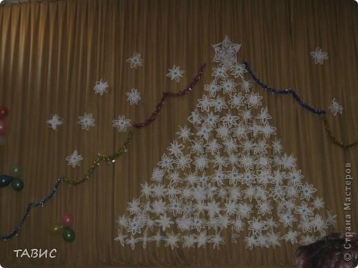 Применяя МК Надежды Каликовой, сделали много-много снежинок и на сцене актового зала выложили ажурную заснеженную елочку. фото 2