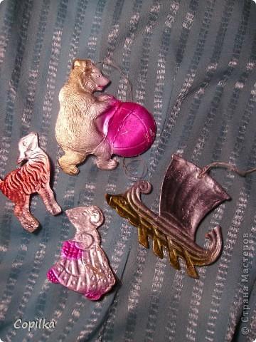 Вы помните,как с трепетом открывали коробку с ёлочными игрушками и с восторгом доставали всё это блестящее великолепие,рассматривали,помогали вешать на ёлку!?Помните?Давайте хоть ненадолго вернёмся в детство! фото 19