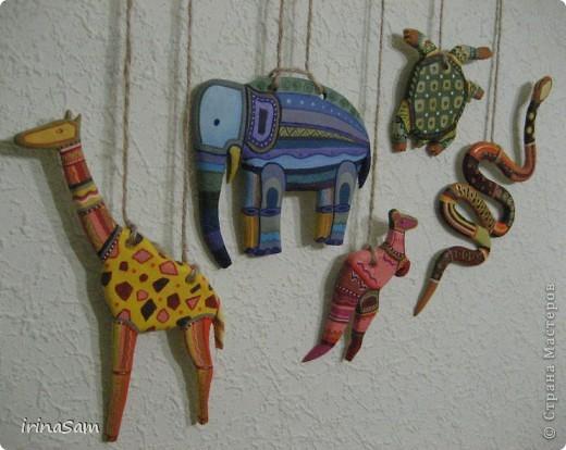 Слепила вот таких зверушек из соленого теста, подвязала на веревочку и к палочке, теперь вот висит на стене, больше похоже, конечно, на детское творчество, но почему-то именно таких зверушек захотелось сделать. Кстати, не все зверушки прям африканские, да и орнамент  -то ли мексиканский, то ли африканский, в общем, полет фантазии. фото 1
