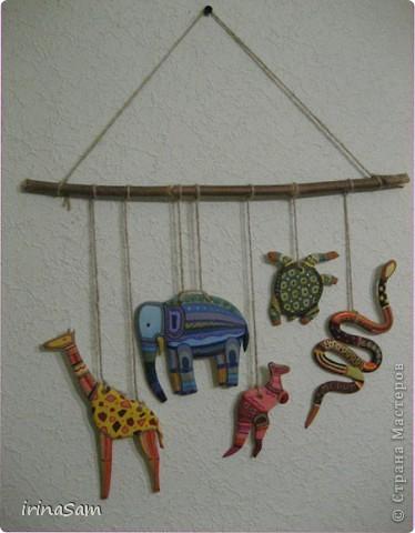 Слепила вот таких зверушек из соленого теста, подвязала на веревочку и к палочке, теперь вот висит на стене, больше похоже, конечно, на детское творчество, но почему-то именно таких зверушек захотелось сделать. Кстати, не все зверушки прям африканские, да и орнамент  -то ли мексиканский, то ли африканский, в общем, полет фантазии. фото 2