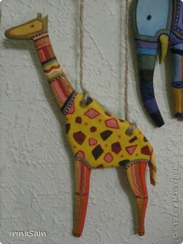 Слепила вот таких зверушек из соленого теста, подвязала на веревочку и к палочке, теперь вот висит на стене, больше похоже, конечно, на детское творчество, но почему-то именно таких зверушек захотелось сделать. Кстати, не все зверушки прям африканские, да и орнамент  -то ли мексиканский, то ли африканский, в общем, полет фантазии. фото 3