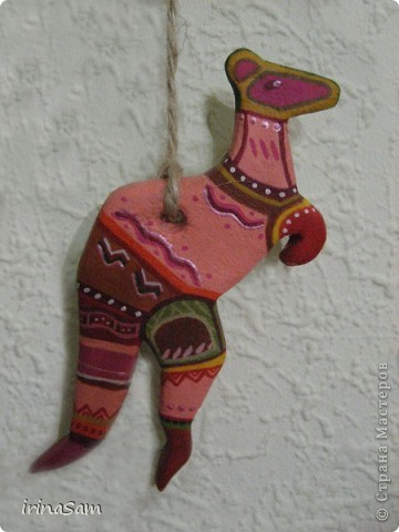 Слепила вот таких зверушек из соленого теста, подвязала на веревочку и к палочке, теперь вот висит на стене, больше похоже, конечно, на детское творчество, но почему-то именно таких зверушек захотелось сделать. Кстати, не все зверушки прям африканские, да и орнамент  -то ли мексиканский, то ли африканский, в общем, полет фантазии. фото 5