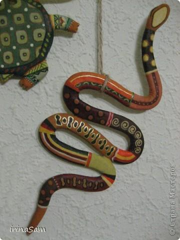 Слепила вот таких зверушек из соленого теста, подвязала на веревочку и к палочке, теперь вот висит на стене, больше похоже, конечно, на детское творчество, но почему-то именно таких зверушек захотелось сделать. Кстати, не все зверушки прям африканские, да и орнамент  -то ли мексиканский, то ли африканский, в общем, полет фантазии. фото 7