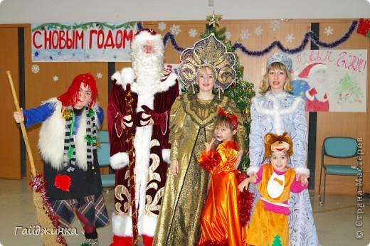 26 декабря мы провели новогоднюю Елку для детей в Токио! Эля играла Лису Патрикеевну. Я в золотистом платье играла ведущую. фото 5