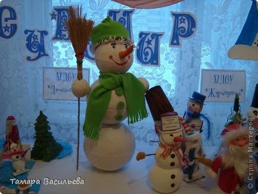 """Дорогие мои мастера и мастерицы! Поздравляю Вас с Новым годом! И пусть этот снеговик принесёт всем счастье и удачу!Этого снеговика мы с учениками 3 класса сделали на городской  конкурс """"Новогодний сувенир"""""""