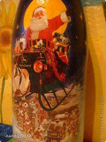 Салфетка, краска (фон, подрисовала звезды, переход от салфетки к фону, закрасила белую луну желтым), лак. Фольгу сняла по максимуму, чтоб потом после использования по назначению осталась красивая бутылка на память. фото 2