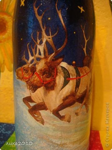 Салфетка, краска (фон, подрисовала звезды, переход от салфетки к фону, закрасила белую луну желтым), лак. Фольгу сняла по максимуму, чтоб потом после использования по назначению осталась красивая бутылка на память. фото 3