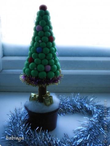 новогодняя елка сделана из мягких тканевых шариков, и совсем не колется) фото 2