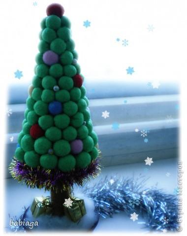 новогодняя елка сделана из мягких тканевых шариков, и совсем не колется) фото 1