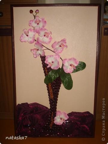 Ваза из фасоли,цветы покупные,искусственные.