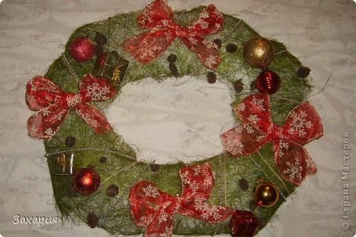 Так же как и елки, мне все покоя не давал рождественский венок Елены Тафуни http://stranamasterov.ru/node/119376 и вот вчера на одном дыхании слепила из того что было...