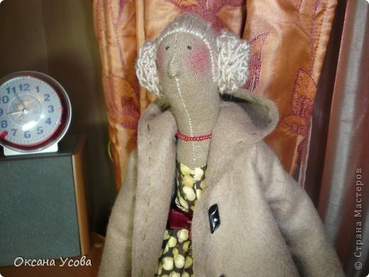 Девушка в пальто. Кукла выполнена по выкроке Осеннего Ангела, правда крылья я шить пока не стала. Вместо петелек на пальто решила пришить пуговки (уж больно понравились и к сапожкам подходят). Внутри каждой пуговки стразинка.  фото 2