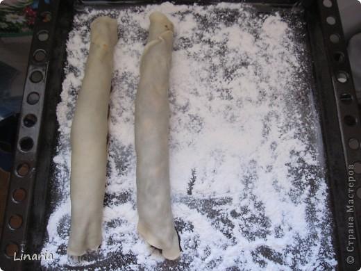По многочисленным просьбам показываю, как сделать мой (и не только мой) любимый торт.  Для теста: 1 стакан 20% сметаны; 1 яйцо; 1/2 стакана сахара; 1/2 ч.л. соды (гасить не надо); 4-5 стаканов муки. Для начинки взять по 300 г. кураги и чернослива.  Крем: сметана+сахар. На крем уходит примерно 1 литр сметаны. Сахар по вкусу. фото 12
