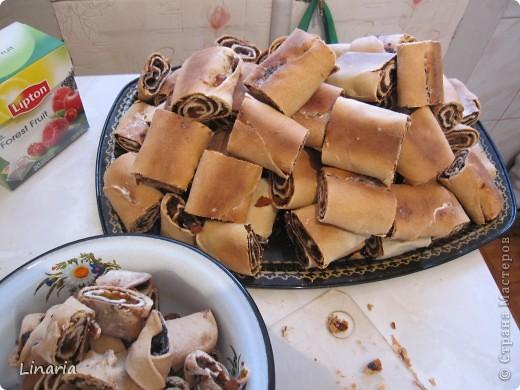 По многочисленным просьбам показываю, как сделать мой (и не только мой) любимый торт.  Для теста: 1 стакан 20% сметаны; 1 яйцо; 1/2 стакана сахара; 1/2 ч.л. соды (гасить не надо); 4-5 стаканов муки. Для начинки взять по 300 г. кураги и чернослива.  Крем: сметана+сахар. На крем уходит примерно 1 литр сметаны. Сахар по вкусу. фото 15