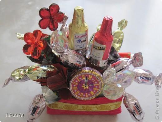 Последняя работа в этом году. Попробовала сделать новогодний букетик из конфет. Не все получилось так, как задумывала, зато есть над чем поработать.  Главное, люди, которым я его подарила, остались довольны!  фото 3