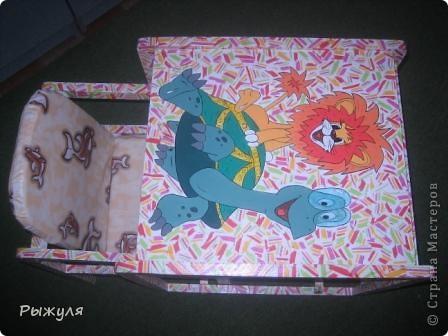 Моя дочь решила украсить стульчики своей дочери. Сначала срисовала с детской книжки картинку, разукрасила акриловыми красками. А вокруг декупаж рваной салфеткой и лак. фото 1