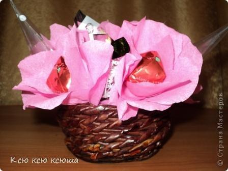 Корзина с цветами из конфет. Корзина выполнена косым плетением из газетных трубочек. фото 1