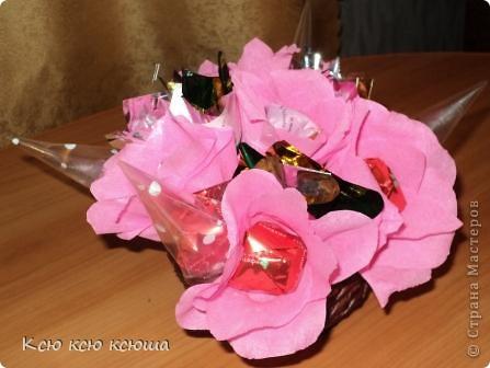 Корзина с цветами из конфет. Корзина выполнена косым плетением из газетных трубочек. фото 2