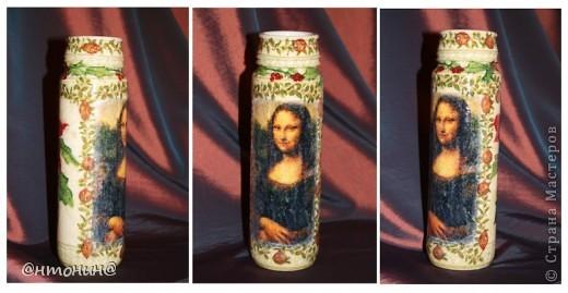 """Моя любимая ваза)) Была бутылка винная стала Мона Лизная)).  Саму """"Мону Лизу"""" распечатала на салфетке с помощью струйного (!) принтера. У меня ничего не порвалось и все очень хорошо отпечаталось. Самое главное приклеить скотчем салфетку не на весь лист, а на половину. фото 1"""