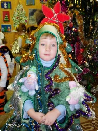 Шить новогодний костюм для внука - это просто удовольствие! Меня поймут все бабушки нашей страны! Долго думали, что бытакое сделать интересное: зайчик был 2 раза, тигренок был... Внук хотел быть бабочкой... Но не было времени изобретать костюм бабочки для мальчика...  И получилось другое! ЁЛОЧКА! фото 1