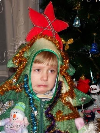 Шить новогодний костюм для внука - это просто удовольствие! Меня поймут все бабушки нашей страны! Долго думали, что бытакое сделать интересное: зайчик был 2 раза, тигренок был... Внук хотел быть бабочкой... Но не было времени изобретать костюм бабочки для мальчика...  И получилось другое! ЁЛОЧКА! фото 13