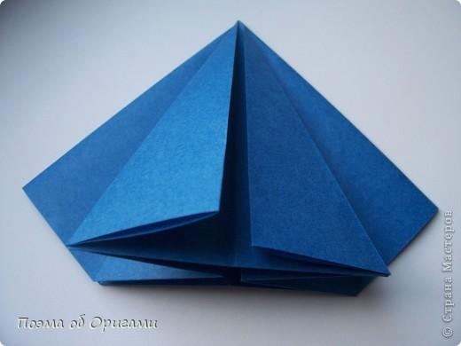 Эту оригами модель придумала сравнительно недавно Евгения Парфенова из России. Хотя саму игру, видимо, придумали давным-давно. Она стола известна под названием «бильбоке». Изначально использовался  деревянный или глиняный стакан, от дна которого, отходила веревочка – на ней держался шарик. Придется немного потренироваться в ловкости, что бы ни касаясь шарика руками забросить его в стакан. Ранее уже был опубликован МК на тему этой забавы под названием «Поймай желудь». Его можете найти здесь: http://stranamasterov.ru/node/117821 фото 10
