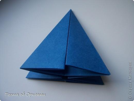 Эту оригами модель придумала сравнительно недавно Евгения Парфенова из России. Хотя саму игру, видимо, придумали давным-давно. Она стола известна под названием «бильбоке». Изначально использовался  деревянный или глиняный стакан, от дна которого, отходила веревочка – на ней держался шарик. Придется немного потренироваться в ловкости, что бы ни касаясь шарика руками забросить его в стакан. Ранее уже был опубликован МК на тему этой забавы под названием «Поймай желудь». Его можете найти здесь: http://stranamasterov.ru/node/117821 фото 11