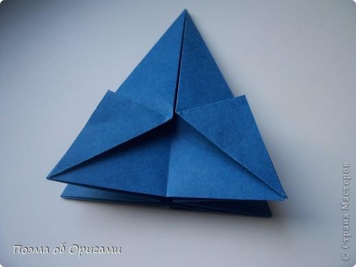 Эту оригами модель придумала сравнительно недавно Евгения Парфенова из России. Хотя саму игру, видимо, придумали давным-давно. Она стола известна под названием «бильбоке». Изначально использовался  деревянный или глиняный стакан, от дна которого, отходила веревочка – на ней держался шарик. Придется немного потренироваться в ловкости, что бы ни касаясь шарика руками забросить его в стакан. Ранее уже был опубликован МК на тему этой забавы под названием «Поймай желудь». Его можете найти здесь: http://stranamasterov.ru/node/117821 фото 12