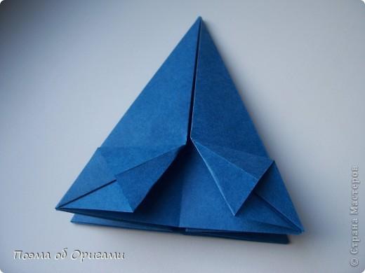 Эту оригами модель придумала сравнительно недавно Евгения Парфенова из России. Хотя саму игру, видимо, придумали давным-давно. Она стола известна под названием «бильбоке». Изначально использовался  деревянный или глиняный стакан, от дна которого, отходила веревочка – на ней держался шарик. Придется немного потренироваться в ловкости, что бы ни касаясь шарика руками забросить его в стакан. Ранее уже был опубликован МК на тему этой забавы под названием «Поймай желудь». Его можете найти здесь: http://stranamasterov.ru/node/117821 фото 13