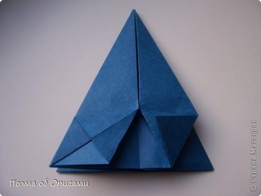 Эту оригами модель придумала сравнительно недавно Евгения Парфенова из России. Хотя саму игру, видимо, придумали давным-давно. Она стола известна под названием «бильбоке». Изначально использовался  деревянный или глиняный стакан, от дна которого, отходила веревочка – на ней держался шарик. Придется немного потренироваться в ловкости, что бы ни касаясь шарика руками забросить его в стакан. Ранее уже был опубликован МК на тему этой забавы под названием «Поймай желудь». Его можете найти здесь: http://stranamasterov.ru/node/117821 фото 14