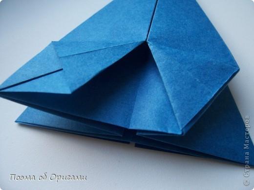 Эту оригами модель придумала сравнительно недавно Евгения Парфенова из России. Хотя саму игру, видимо, придумали давным-давно. Она стола известна под названием «бильбоке». Изначально использовался  деревянный или глиняный стакан, от дна которого, отходила веревочка – на ней держался шарик. Придется немного потренироваться в ловкости, что бы ни касаясь шарика руками забросить его в стакан. Ранее уже был опубликован МК на тему этой забавы под названием «Поймай желудь». Его можете найти здесь: http://stranamasterov.ru/node/117821 фото 16