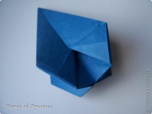 Эту оригами модель придумала сравнительно недавно Евгения Парфенова из России. Хотя саму игру, видимо, придумали давным-давно. Она стола известна под названием «бильбоке». Изначально использовался  деревянный или глиняный стакан, от дна которого, отходила веревочка – на ней держался шарик. Придется немного потренироваться в ловкости, что бы ни касаясь шарика руками забросить его в стакан. Ранее уже был опубликован МК на тему этой забавы под названием «Поймай желудь». Его можете найти здесь: http://stranamasterov.ru/node/117821 фото 17