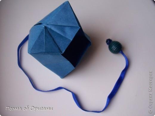 Эту оригами модель придумала сравнительно недавно Евгения Парфенова из России. Хотя саму игру, видимо, придумали давным-давно. Она стола известна под названием «бильбоке». Изначально использовался  деревянный или глиняный стакан, от дна которого, отходила веревочка – на ней держался шарик. Придется немного потренироваться в ловкости, что бы ни касаясь шарика руками забросить его в стакан. Ранее уже был опубликован МК на тему этой забавы под названием «Поймай желудь». Его можете найти здесь: http://stranamasterov.ru/node/117821 фото 18