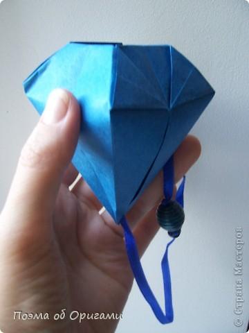 Эту оригами модель придумала сравнительно недавно Евгения Парфенова из России. Хотя саму игру, видимо, придумали давным-давно. Она стола известна под названием «бильбоке». Изначально использовался  деревянный или глиняный стакан, от дна которого, отходила веревочка – на ней держался шарик. Придется немного потренироваться в ловкости, что бы ни касаясь шарика руками забросить его в стакан. Ранее уже был опубликован МК на тему этой забавы под названием «Поймай желудь». Его можете найти здесь: http://stranamasterov.ru/node/117821 фото 19