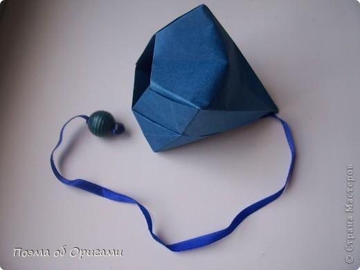 Эту оригами модель придумала сравнительно недавно Евгения Парфенова из России. Хотя саму игру, видимо, придумали давным-давно. Она стола известна под названием «бильбоке». Изначально использовался  деревянный или глиняный стакан, от дна которого, отходила веревочка – на ней держался шарик. Придется немного потренироваться в ловкости, что бы ни касаясь шарика руками забросить его в стакан. Ранее уже был опубликован МК на тему этой забавы под названием «Поймай желудь». Его можете найти здесь: http://stranamasterov.ru/node/117821 фото 1