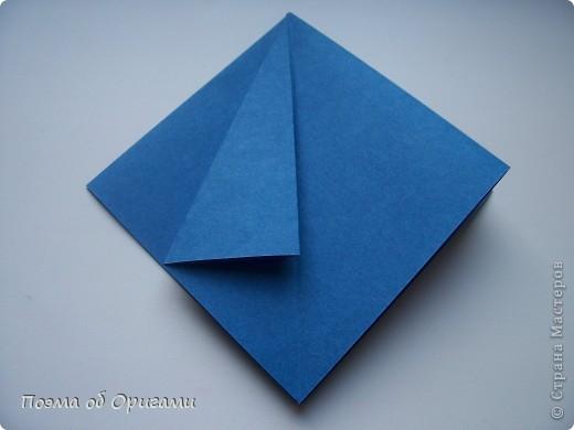 Эту оригами модель придумала сравнительно недавно Евгения Парфенова из России. Хотя саму игру, видимо, придумали давным-давно. Она стола известна под названием «бильбоке». Изначально использовался  деревянный или глиняный стакан, от дна которого, отходила веревочка – на ней держался шарик. Придется немного потренироваться в ловкости, что бы ни касаясь шарика руками забросить его в стакан. Ранее уже был опубликован МК на тему этой забавы под названием «Поймай желудь». Его можете найти здесь: http://stranamasterov.ru/node/117821 фото 3